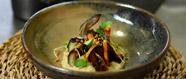 Xapadillo d'anguila amb teriyaky, yakitory, soja amb mouse d'albergínia brazejada, espines cruixents i sèsam